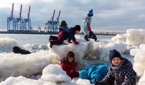 Kinder spielen im Eis