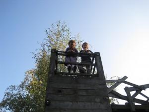 Kinder auf dem Spielgerüst